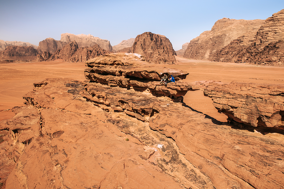 Most skalny Little Bridge na pustyni Wadi Rum niedaleko Masywu Khazali.